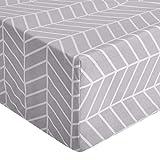 Amazon Basics – Hochwertiges Mikrofaser-Spannbettlaken, 135 x 190 x 30 cm, Chevron-Muster grau-violett
